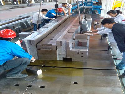 新疆东风汽车有限公司5000T液压机纵梁、腹板成形模具安装调试现场