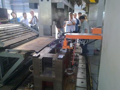 车桥半壳热压成型模具压制过程(取料)